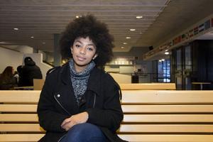 Saron Abraham går på Västermalms skola och satsar nu fullt ut på studierna. Hon försöker att tänka så lite som möjligt på den situation hon befinner sig i.