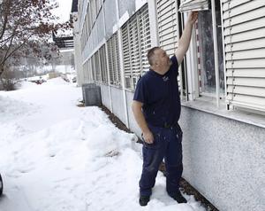 Dan Nyström, glasmästare, tar mått på fönsterrutan som krossades under söndagskvällen.