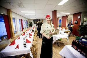 Lena Flaten bjuder pensionärerna på julbord och hoppas att andra ska inspireras.