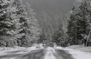 Nu är det dags för vinterdäck. Vinterväglag dyker plötsligt upp, som är på vägen förbi Idre Fjäll. Bart och blött byts plötsligt av mot snö och halka.