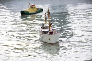 Radiostyrda båtar tuffar fram i en bassäng vid järnvägsmuseet den här helgen.
