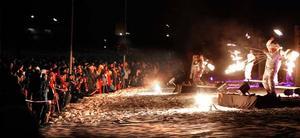 För dem som lyckades komma långt fram blev Circus Arts eldshow en spektakulär tillställning.