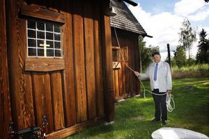 När tiden var inne skötte Per-Emil Persson klockan och ringde in till mässan.