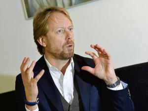 Peter Settman är engagerad när han ska förklara
