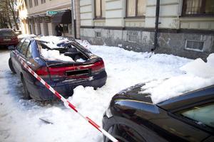 Tre bilar krossades under snö- och israset från taket på gamla apotekshuset på Storgatan i Hudiksvall, den 2 mars 2011. På torsdag förmiddag hölls rättegången mot den åtalade fastighetsägaren, i Hudiksvalls tingsrätt.