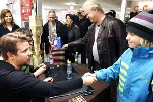 TJENA, HUGO! Hugo Persson med pappa Micke fick både signerad bok och skaka hand med Filip Hammar och Fredrik Wilkingsson.