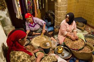 Ett kvinnokollektiv tränger ihop sig i ett litet rum i staden.