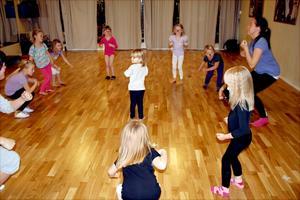 Fågeldansen var något av det första Malin Ljudén fick lära sig när hon började dansa. Nu lär hon ute den till en ny generation Noradansare.