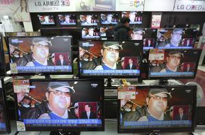 TV-skärmar på en teknikaffär i Seoul  visar Kim Jong Nam.