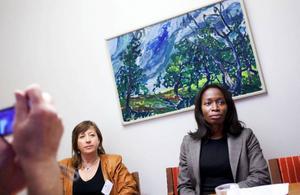 """""""Vi lagstiftar mycket varje år. Jag vill visa att det här är viktigt och det känns bara att jag kan vara ute på det här sättet"""", säger Nyamko Sabuni (till höger), integrationsminister, när hon på onsdagen besökte Rådhuset i Östersund för att presentera regeringens strategi för nationella minoriteter. """"De kommer inte att ske några förändringar över en natt"""", säger Karin Thomasson (MP). Hur reformen kommer märkas i Östersund beror mycket på efterfrågan från samiskt håll tror hon.   Foto: Håkan Luthman"""