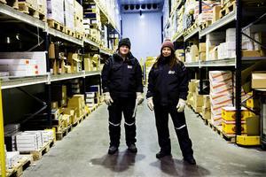 Sandra Svensson tillsammans med kollegan Fredrik Häggström. I frysen på Svensk Cater är det mellan 20 och 22 minusgrader året om.