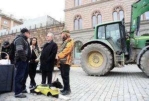 Från vänster Leif Wäppling, Karesuando,  initiativtagaren Erika Sörengård, landsbygdsminister Sven-Erik Bucht (S) och Peter Johnasson med hunden Timon samtalar på Mynttorget i Stockholm i samband med Landsbygdsupproret 2015.