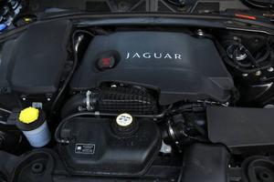 Under huven ruvar en vidareutvecklad V6-diesel på 275 hästkrafter. Plus en extra krockkudde som skyddar fotgängare om olyckan är framme.