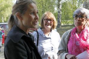 Susanne Malm är en av de föräldrar som engagerar sig för att rädda folkparken i Ljusdal. I bakgrunden syns Yvonne Spring och Laila Jonsson från Rädda barnen, som startat en insamling för ny lekutrustning till parken.