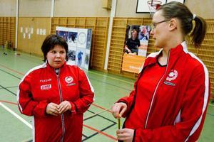 """25-åriga Anna Kristofferson tävlar i simning för funktionshindrade. """"Anna ska iväg på SM i Osby i april, hon är jätteduktig, berömmer tränaren Linda Johansson."""