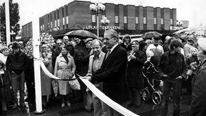 Invigning av Hammartorget 1983. Trots regn och rusk kom cirka 1000 personer för att höra kommun-fullmäktiges ordförande Ulf Sköld invigningstal och se när han klippte bandet. Förutom musikkåren och Frälsningsarméns sånggrupp underhöll Thore Skogman.