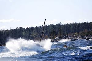 Varje våg som slog in över båten träffade Stefan Andersson. Samtidigt som han blev allt tröttare och kallare slogs båten sönder mer och mer mot klipporna.
