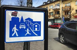 Många Nynäshamnsbor tycker att bilister behöver påminnas om vad som gäller inom gångfartsområdet i centrum.