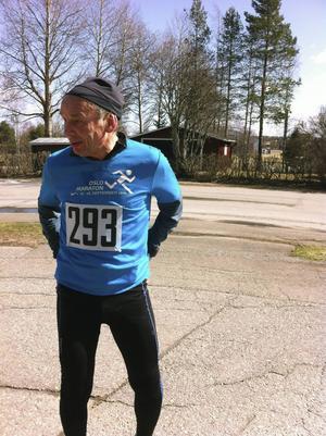 Göran Ingebrand springer för Vattudalens Långdistansklubb. En aktiv klubb som bland annat arrangerar minst två maratonlopp varje år. Göran minns speciellt en tävling där de sju deltagarna fick starta inomhus i Vattudalsskolan eftersom det var 20 minusgrader.