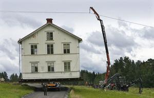Fortum fick stänga av strömmen och höja upp elledningar för att huset skulle kunna flyttas.