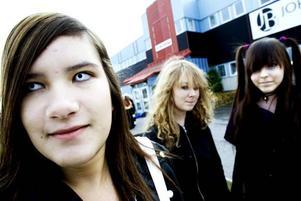 """förväntansfulla. Nathalie Carlsson, 15 år, Frida Mattsson, 15 år, och Ellen Persson, 14 år, har åkt från Söderhamn för att vara med på manga-träffen. """"Vi blev intresserade av japanska serier och sen är vi fast. Vi var här förra gången det var konvent, det är kul!"""", säger de."""