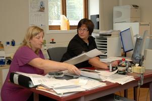Jenny Elmesiöö               (till vänster) instruerar Frida Jansson i kontorsjobbet på RHM i Hållnäs AB som håller till i Tierp.