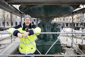 I dagarna har byggnadsställningar rests och nu ska hela fontänen täckas över, rengöras och målas om. Tomas Häggström räknar med att allt ska vara klart till första maj.