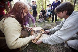 Vikingarna Hela och Ulf vek upp näverpaketet med det färdigkokta köttet.