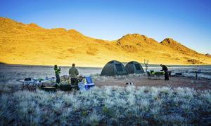 Efter en dag till häst i sydvästra Namibia på gränsen till Namib-Naukluft, slår vi upp tälten bakom de skyddande klipporna, gör upp eld och lagar vår mat över öppen eld.   Foto: Jörgen Ulvsgärd