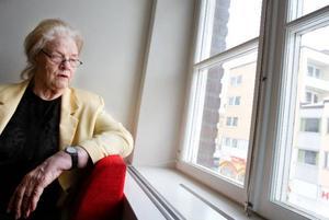 Åsa Siika, i dag en lycklig pensionär som tillåter sig att prova på det hon har       lust med efter att ha levt ett brokigt liv och  sett hur villkoren för kvinnor har förändrats över tiden.  Foto: Ulrika Andersson
