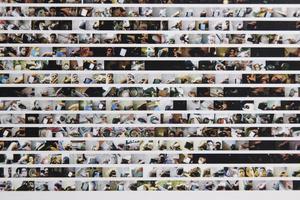 Sedan 2004 har Alberto Frigo fotograferat allt som hans högra hand har rört vid. Bilderna ingår i installationen