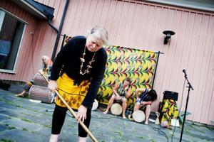 """Med ordlösa ljud och hetsiga afrikanska rytmer beskriver Kibom en vanlig, stressig dag för en svensk tant. """"Plikten kallar"""" heter numret som har hög igenkänningsfaktor.  I förgrunden Lotti Oscarsson. Övriga medlemmar i gruppen heter Kari Åhström, Gunbritt Henricsson, Maggan Åkerström och Bettan Palmgren.Foto: Lars-Eje lyrefelt"""