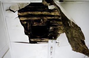 På flera ställen är huset fuktskadat och delar av golvet i stora salen buktar kraftigt.
