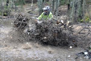 Leran skvätte lång väg på sina ställen när fyrhjulingarna mullrade genom kärr och vattenpölar.