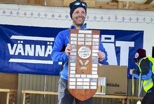 Martin Södergårds, som tävlar för Svegs sportfiskeklubb, drog upp 9197 gram fisk och vann den individuella delen av SM i pimpelfiske under lördagen. Han får sitt namn inristat på den stora bucklan.