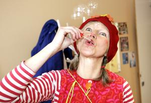 Glada clowner. Monika Lidberg Jonsson är en av tre clowner i Clownetterna som nu fått pengar av landstinget för att kunna fortsätta glädja barn på sjukhuset.