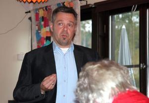 Lars Uhlander, enhetschef på Migrationsverket i Söderhamn, informerade och svarade på frågor från närboende och andra berörda.