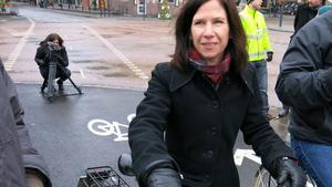 Carin Lidman tar en tur på den invigda cykelbanan.