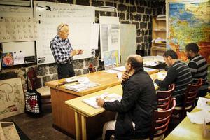Albin Lindqvist håller lektion i svenska för de boende på Kilafors herrgård.