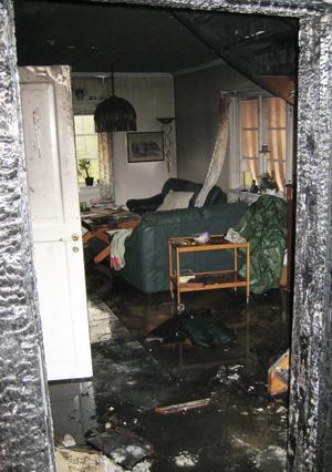 Väggarna var svarta, golvet fullt med vatten och möblerna rökskadade eller sönderbrända efter branden.