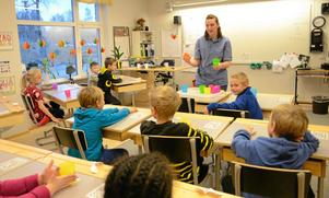 Hela skolan. På Klockarhagsskolan får alla elever från förskoleklass till årskurs 9 skölja tänderna i fluor. Tandhygienist Ingrid Persson, Folktandvården besöker klass 1B.