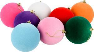 Färgglada julor i olika tappningar finns på Lagerhaus, bland annat dessa med klädd yta, 149 kronor.