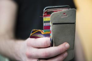 En man från Falun har åtalats för flera brott, bland annat olaga hot. Mannen ska ha skickat hotfulla sms med sin mobiltelefon. OBS: Bilden är arrangerad.