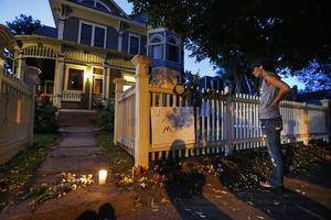 Under natten till tisdagen samlades fans utanför huset där tv-serien