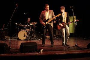 Patrick Sweany (till vänster av de två gitarristerna) med band.
