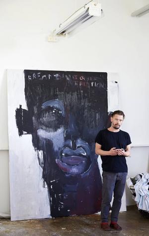 Jesper Waldersten framför en ännu namnlös oljemålning som inte är färdig.
