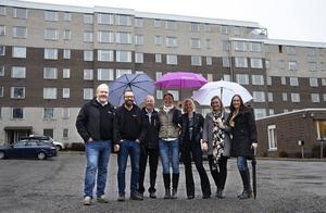 Säljstart för brf Stenhammaren. Från vänster Håkan Söderlind och Lars Norberg, Faradium Bygg, Per Hägglöv och Marie Ambrosson, SP Fastigheter, Katarina Bufvers, Sofie Svelander och Chanida Wickholm, Mäklarhuset.