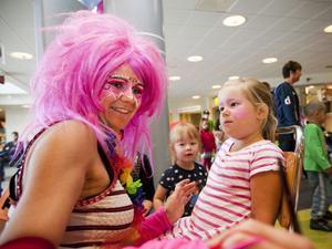 Anna Lundberg målade Thea Lind Jussi som en rosa fjäril.