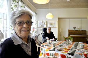 Karin Karlsson, bördig från Åsele men inflyttad till Östersund och Björkbacka sedan drygt ett halvår tillbaka, har koll på takten. Och texterna till de gamla klassiska örhängena från förr.