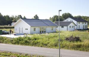 mer och mer. Hus efter hus växer upp på området. All utom en tomt är såld.
